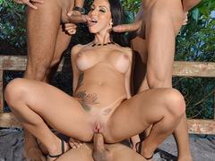 Elisa Sanches em Gang Bang com três homens