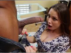 Novinha louca pra mamar o amigo do pai
