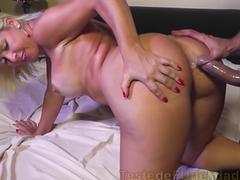 Pornô anal com loira vagabunda de rabo enorme