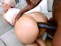 Bunduda gozando no sexo anal com negão pauzudo