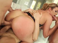 Sexo com dupla penetração na buceta gulosa da loira puta