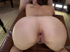 Asiática mamando antes de fazer sexo anal