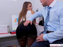 Sexo safado no escritório com chefe comendo a estagiária gostosa