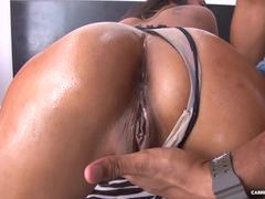 Colombiana gostosa levando ferro na buceta
