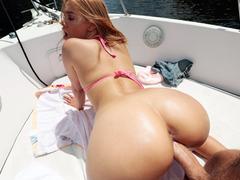 Novinha puta dando a bucetinha no barco