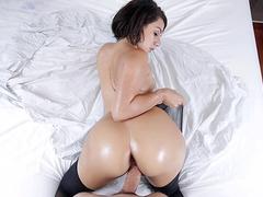 Porn hardcore com morena fodendo toda lambuzada de óleo corporal