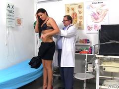 Médico tarado pegando a paciente gostosa
