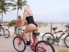 Loirinha ciclista da bunda gostosa fodendo toda quente com desconhecido