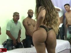 Brasileirinha rabuda fazendo pornô gangbang