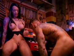 Potranca de academia fazendo sexo com o mecânico sarado
