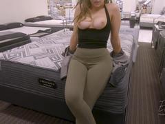 Amadora safadinha fez sexo na loja do shopping