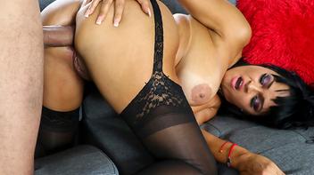 Morena do cu grande liberando no sexo anal